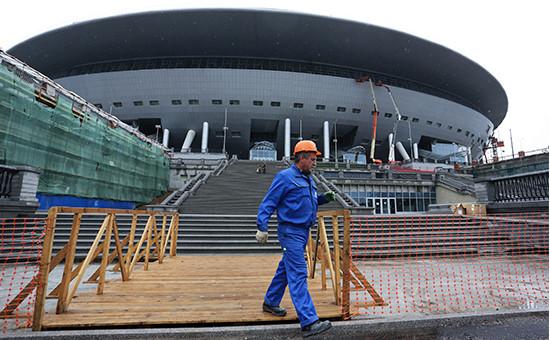 Рабочий у стадиона «Зенит Арена». Июль 2016 года