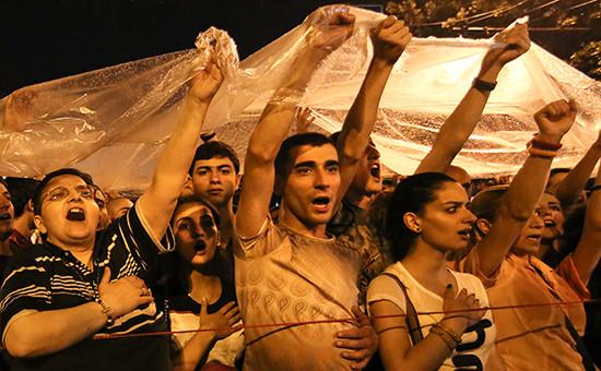 Протестующие на митинге