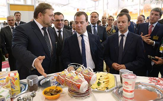 Премьер-министр Дмитрий Медведев (в центре) во время посещения 15-й российской агропромышленной выставки «Золотая осень-2013» в Москве