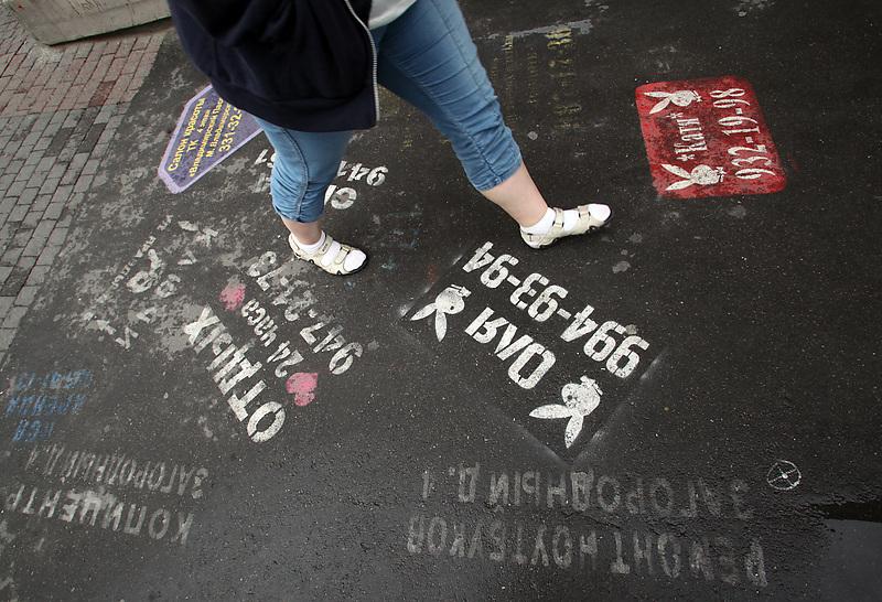 Петербург. Несанкционированная трафаретная реклама интимных услуг на асфальте