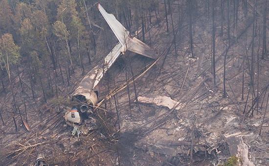 Обломки самолета Ил-76 наместе крушения, обнаруженном наземной группой спасателей отряда «Центроспас», в4км южнее населенного пункта Рыбный Уян насклоне одной изсопок