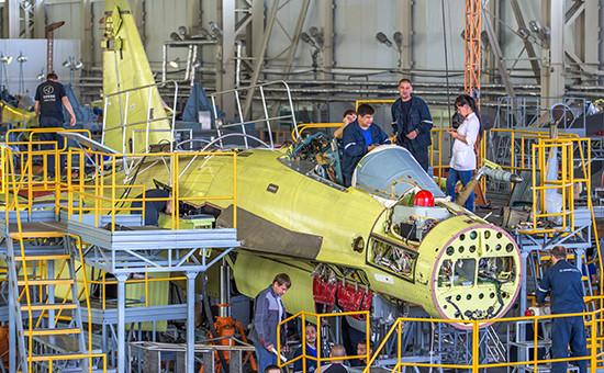 Сборка истребителейводном изцехов наавиационном заводе компании «Сухой»