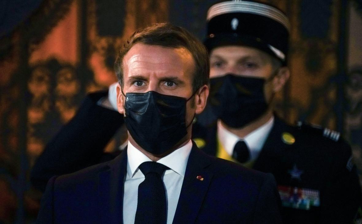 Макрон назвал терактом нападение на преподавателя в пригороде Парижа