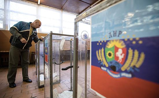 Житель Луганска во время голосования на выборах главы ЛНР и депутатов Народного Совета республики на избирательном участке. Архивное фото