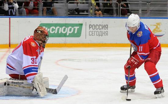 Президент России Владимир Путин во время хоккейного матча Ночной хоккейной лиги в Большом Ледовом дворце, 10 мая 2016год