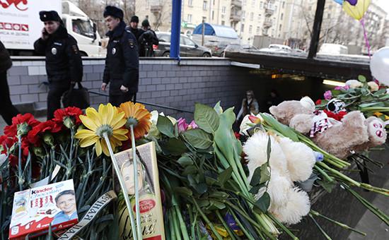 Москвичи несут цветы кметро «Октябрьское Поле» впамять обубитом ребенке