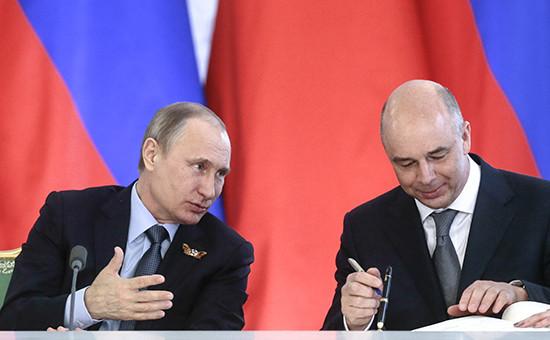 Президент России Владимир Путин иминистр финансов РФ Антон Силуанов (слева направо)