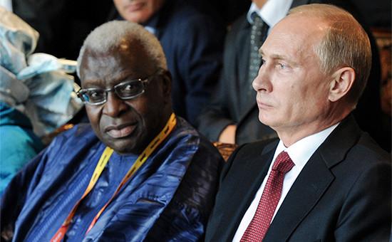 Экс-президент Международной ассоциации легкоатлетических федераций (IAAF) Ламин Диак и президент России Владимир Путин на церемонии открытия чемпионата мира по легкой атлетике – 2013 в Москве
