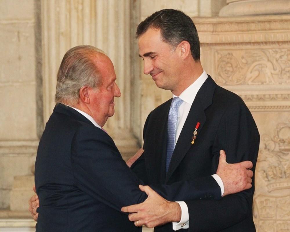 Хуан Карлос поздравляет своего сына Принца Фелипе - нового короля Испании