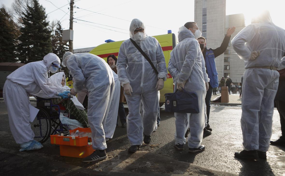Сотрудники скорой помощи и пациенты во время эвакуации после пожара на территории поликлиники Южно-Уральского государственного университета