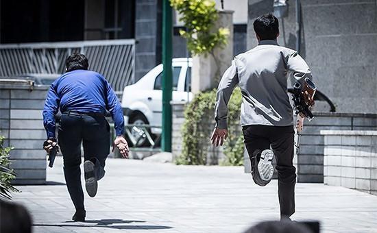 Вооруженные люди вовремя атаки вТегеране