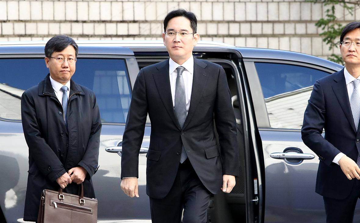 Ли Чжэ Ён (в центре)