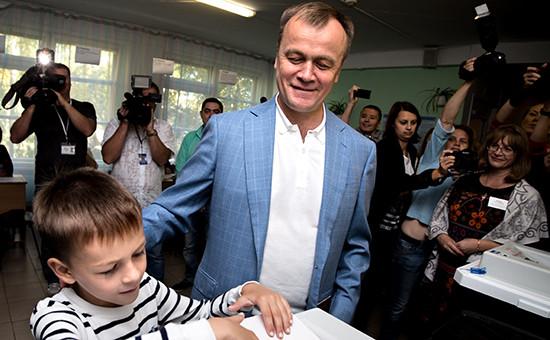 Временно исполняющий обязанности губернатора Иркутской области Сергей Ерощенко с сыном Сергеем во время голосования на избирательном участке на выборах губернатора Иркутской области в Единый день голосования