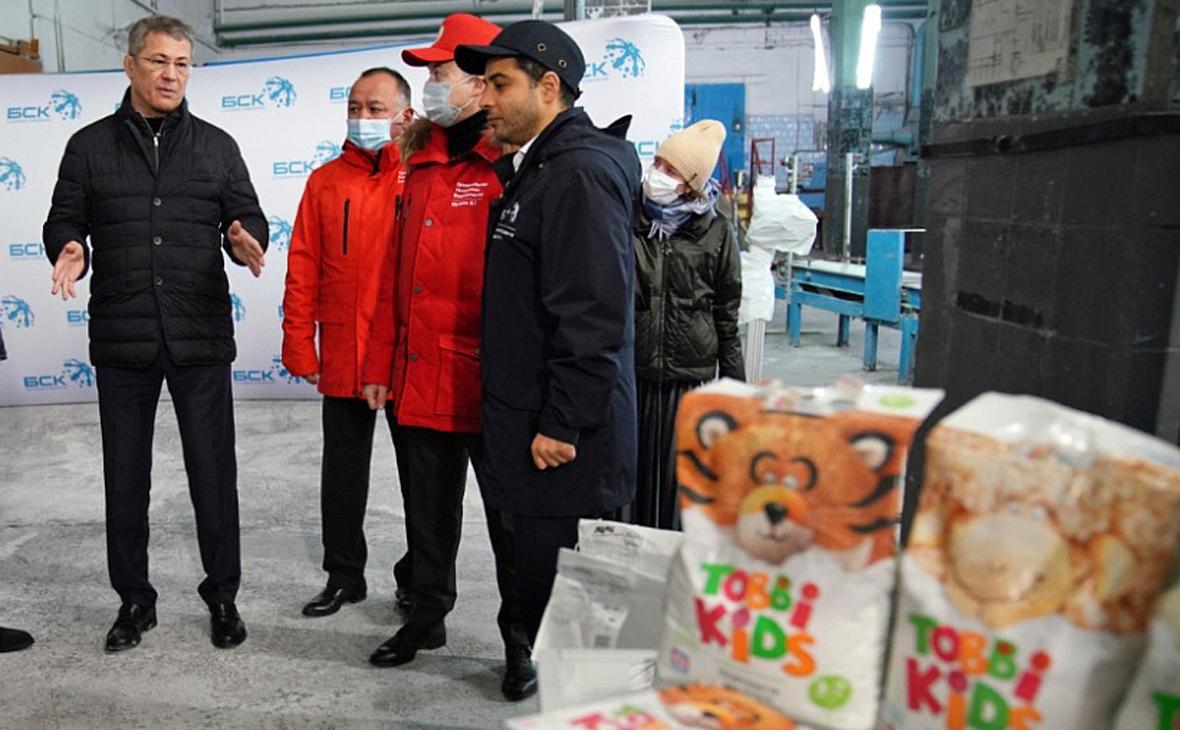 Радий Хабиров (слева) во время посещения производственных объектов «Башкирской содовой компании»