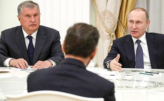 Председатель правления ПАО «НК «Роснефть» Игорь Сечин ипрезидент РоссииВладимир Путин (слева направо) навстрече спредставителями зарубежных деловых кругов, которые принимали участие всделке скомпанией «Роснефть»