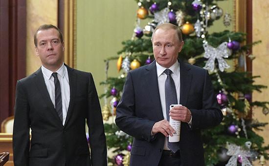 Премьер-министр РФ Дмитрий Медведев и президент РФ Владимир Путин (слева направо) перед началом встречи с членами правительства