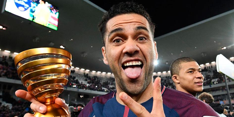 Дани Алвес стал самым титулованным футболистом в истории