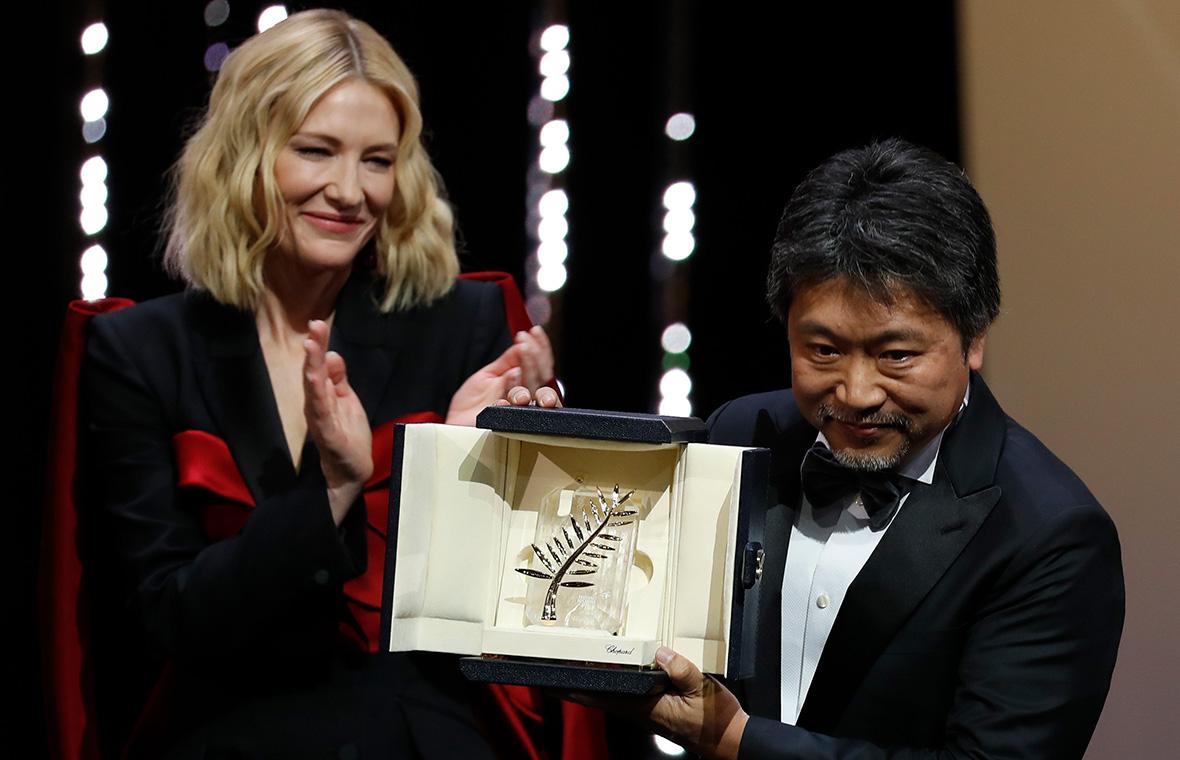 Хирокадзу Корээда(справа) с главной наградой71-го Каннского кинофестиваля и председатель жюри КейтБланшетт