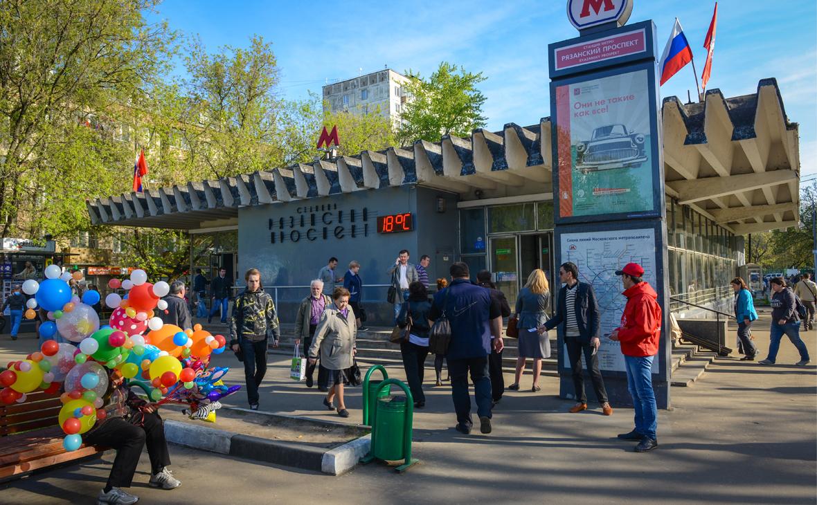 У входа на станцию метро «Рязанский проспект»