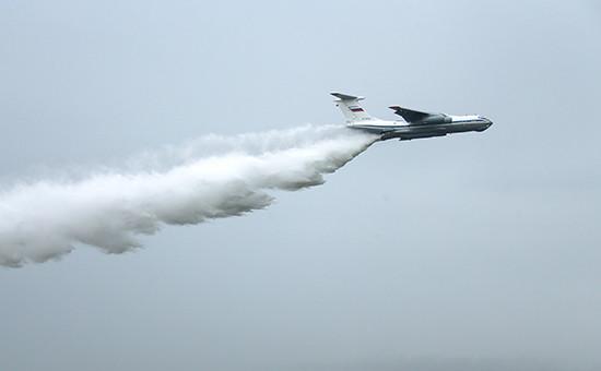 Самолет Ил-76 вовремя всероссийского этапа конкурса повоздушной выучке летных экипажей наиспытательном полигоне подФеодосией.4 июня 2016 года