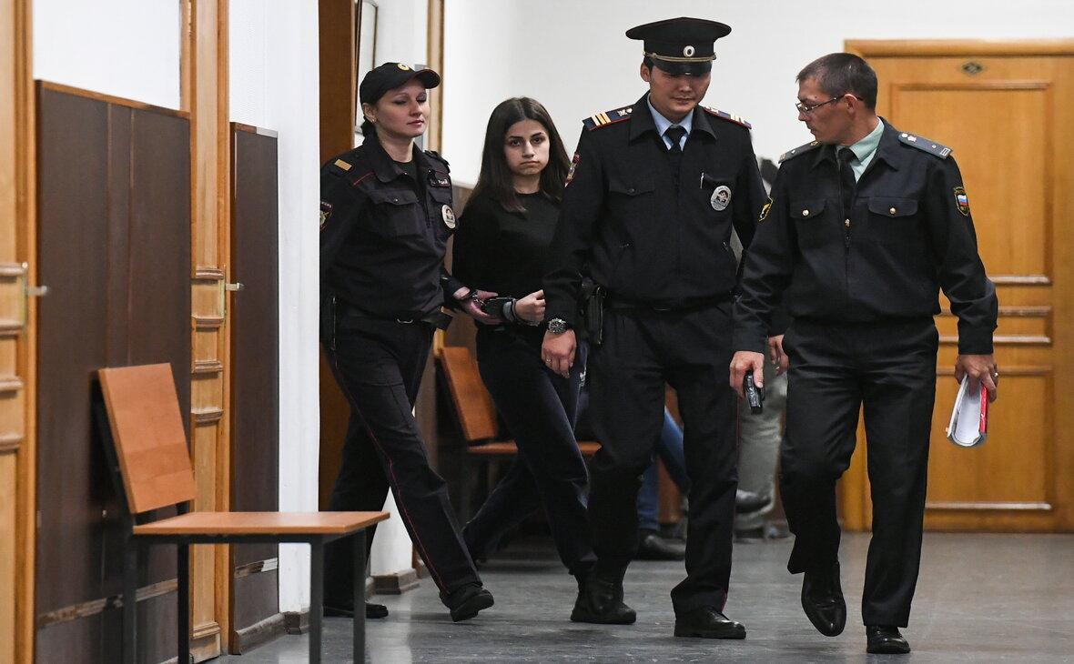 Хачатурян Ангелина (вторая слева), обвиняемая в соучастии в жестоком убийстве своего отца