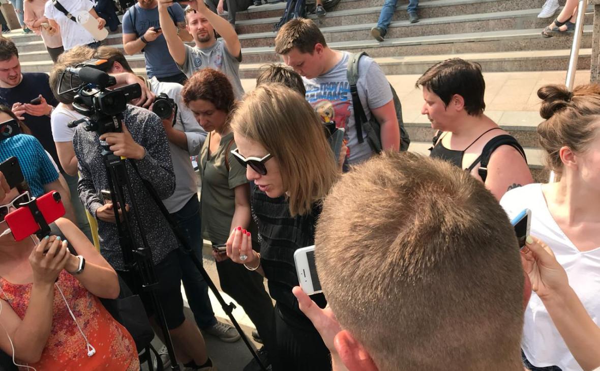 Ксения Собчак(в центре)