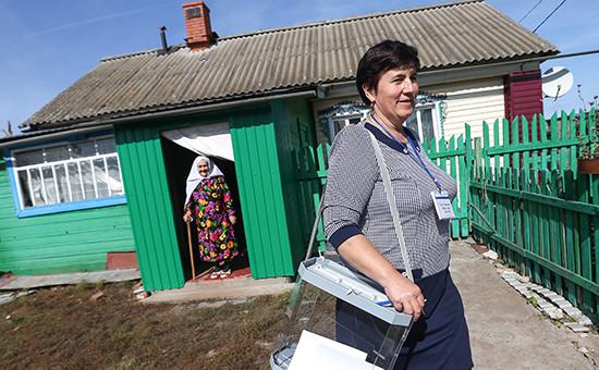 Член избирательной комиссии во время голосования на дому на выборах президента Республики Татарстан в единый день голосования