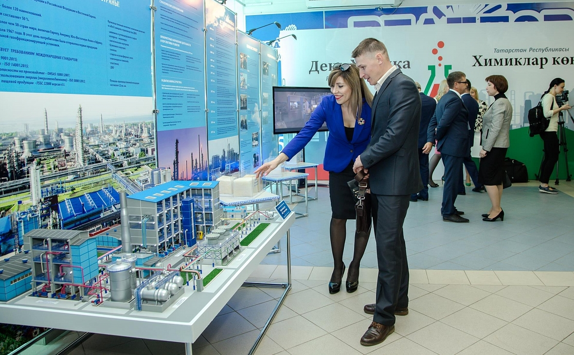 Макет завода «Нижнекамскнефтехима» на праздновании «дня химика» в Татарстане