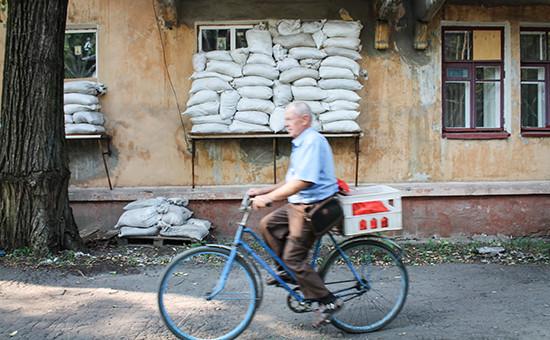 Окна, закрытые мешками с песком, в одном из многоквартирных домов в Горловке Донецкой области