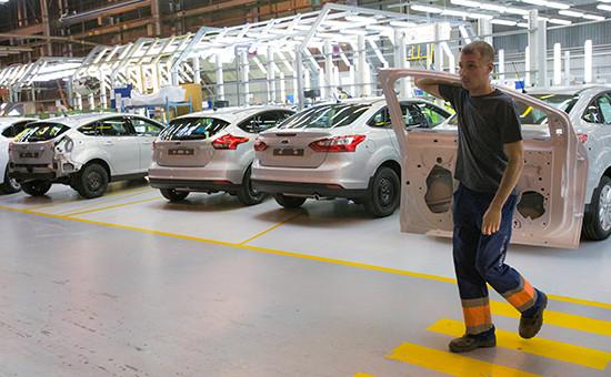 Рабочий в цехе завода Ford Sollers во Всеволожске