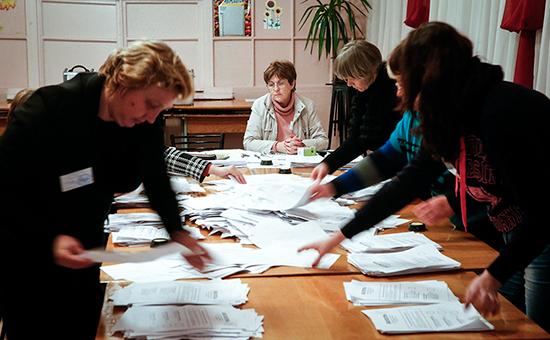 Члены избиркома одного из избирательных участков Донецка во время подсчета голосов по окончании выборов