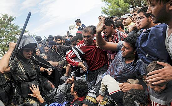 Греческая полиция пытается помешать сирийским беженцам прорваться в Македонию