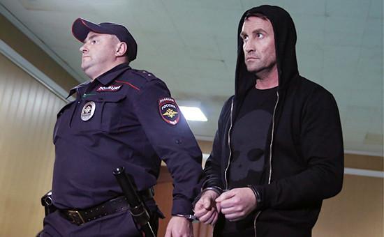 Экс-директор Хованского кладбища Юрий Чабуев (справа), задержанный поделу омассовой драке сострельбой наХованском кладбище, вПресненском суде, 16 мая 2016 года