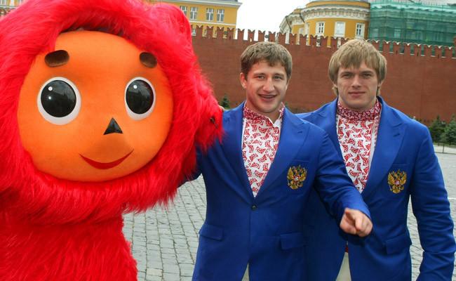 Российские тяжелоатлеты Хаджимурат Аккаев (в центре) и Дмитрий Лапиков (крайний справа)