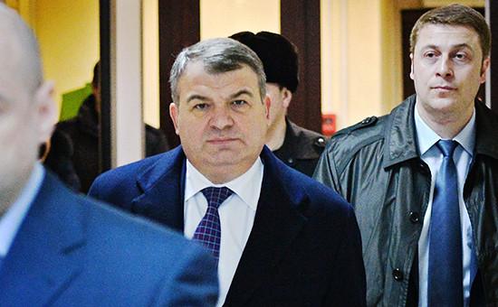 Бывший министр обороны Анатолий Сердюков (в центре) в Пресненском суде города Москвы