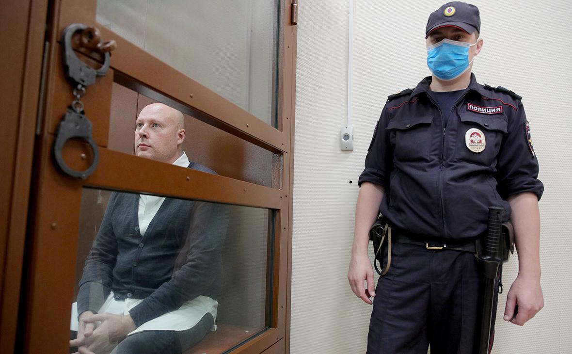 Владислав Мельников (слева) перед рассмотрением ходатайства следствия об избрании меры пресечения