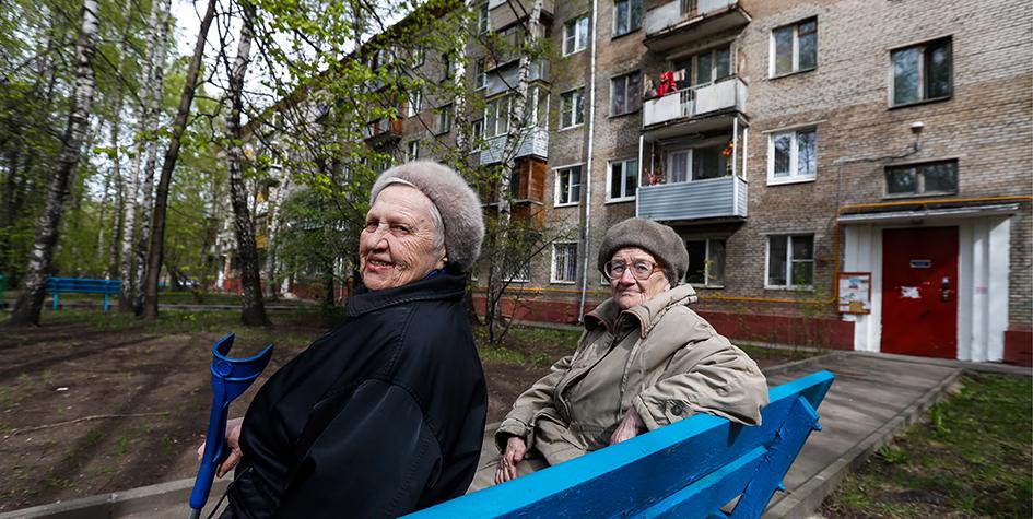 Останкинский район, 1-йРижский переулок. Пожилые женщины у подъезда жилого дома, попавшего в перечень для голосования по включению в проект программы реновации жилья