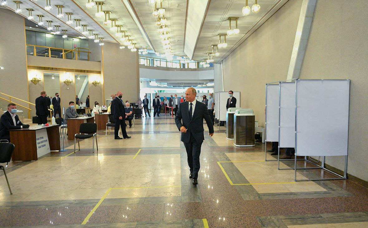 Владимир Путинво время голосования на избирательном участке № 2151, расположенном в здании Российской академии наук