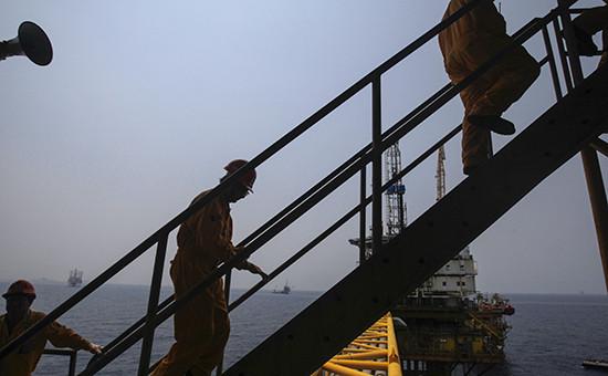 Рабочие на нефтедобывающей платформе