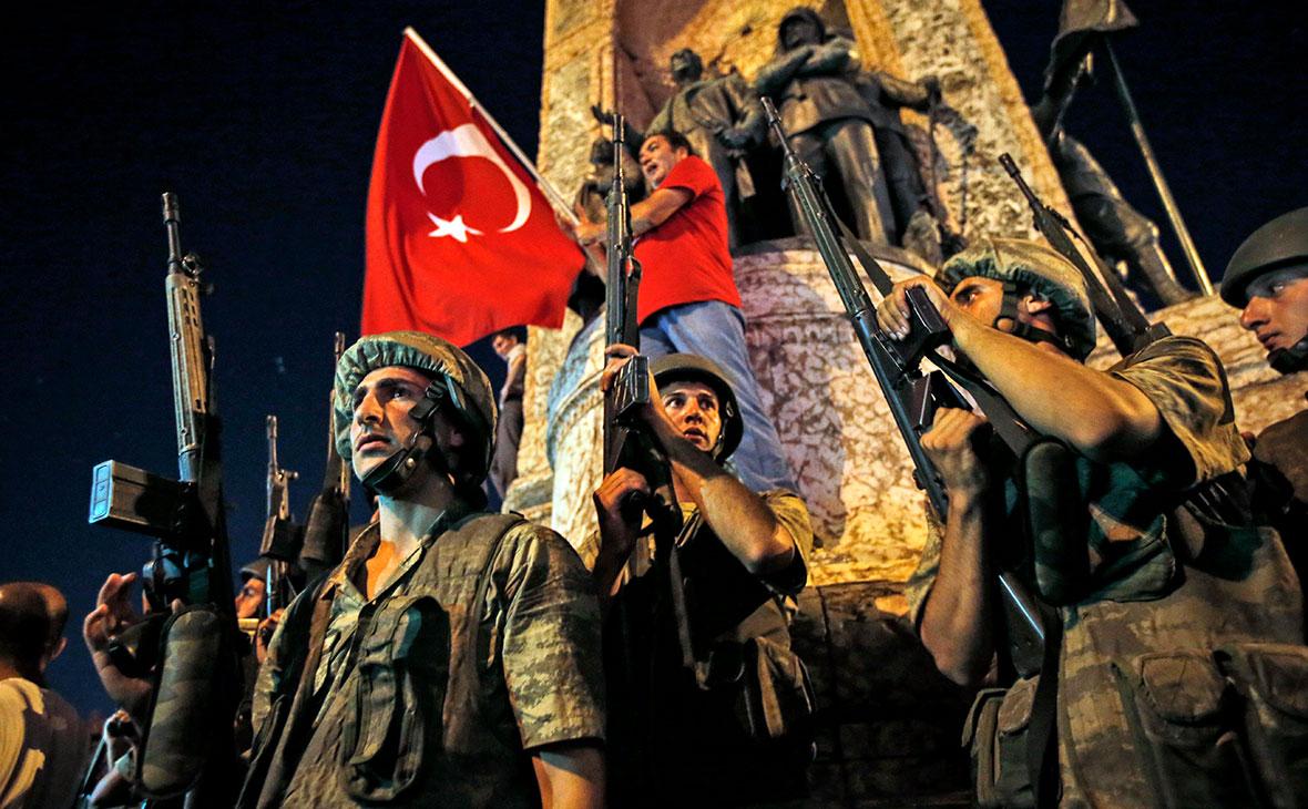 Турецкий солдат на площади Таксим в центральной части Стамбула. 16 июля 2016 года