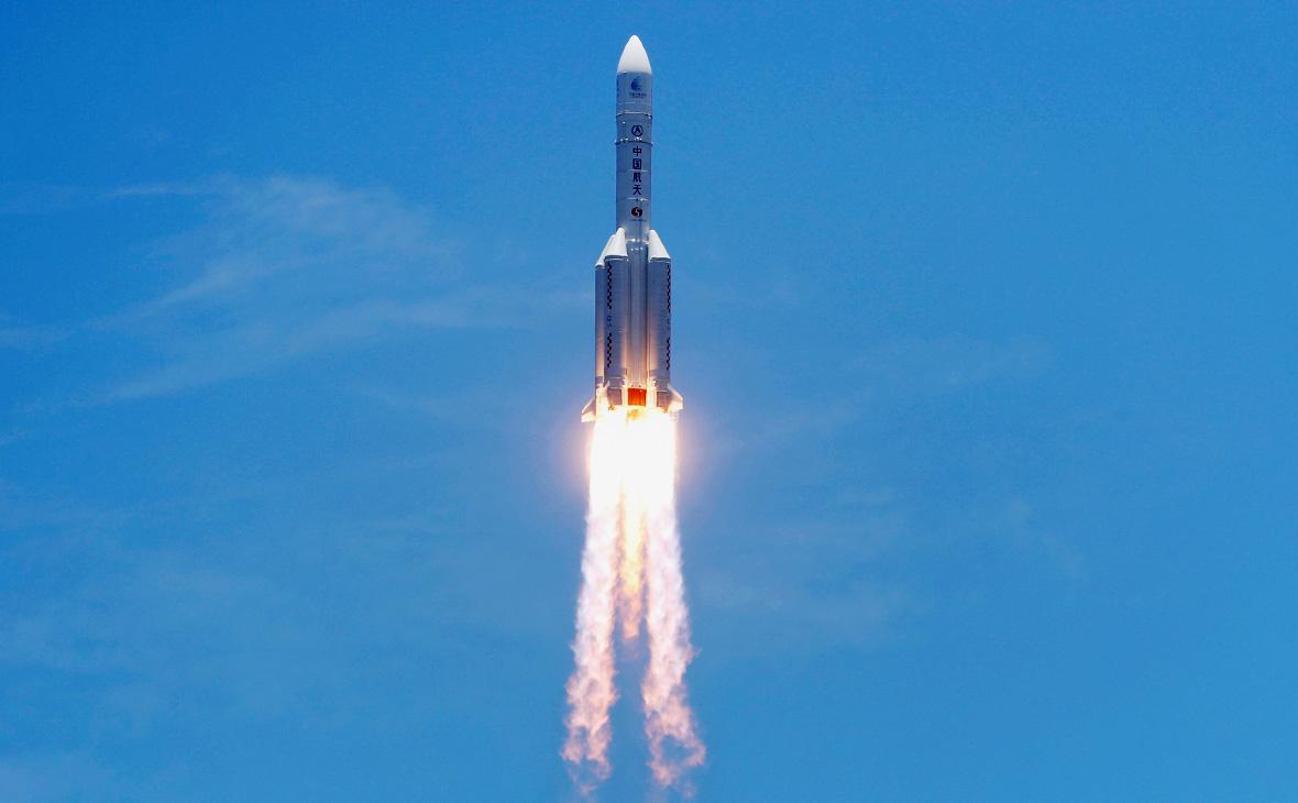 Ракета-носитель Long March-5с зондом Tianwen-1для изучения Марса во время старта с космодрома Вэньчан, Китай
