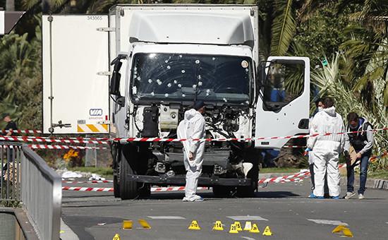 Криминалисты на месте остановки грузовика