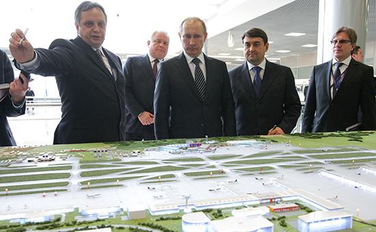 Владимир Путин рассматривает макет аэропорта Шереметьево. Архивное фото