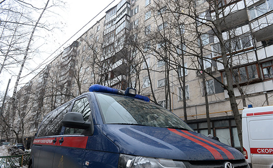 Машина Следственного комитета РФ у дома на улице Народного Ополчения, где совершены убийство ребенка и поджог