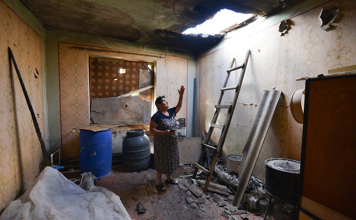 Местная жительница показывает повреждения в своем доме после обстрела азербайджанской стороной села Айгепар в Армении