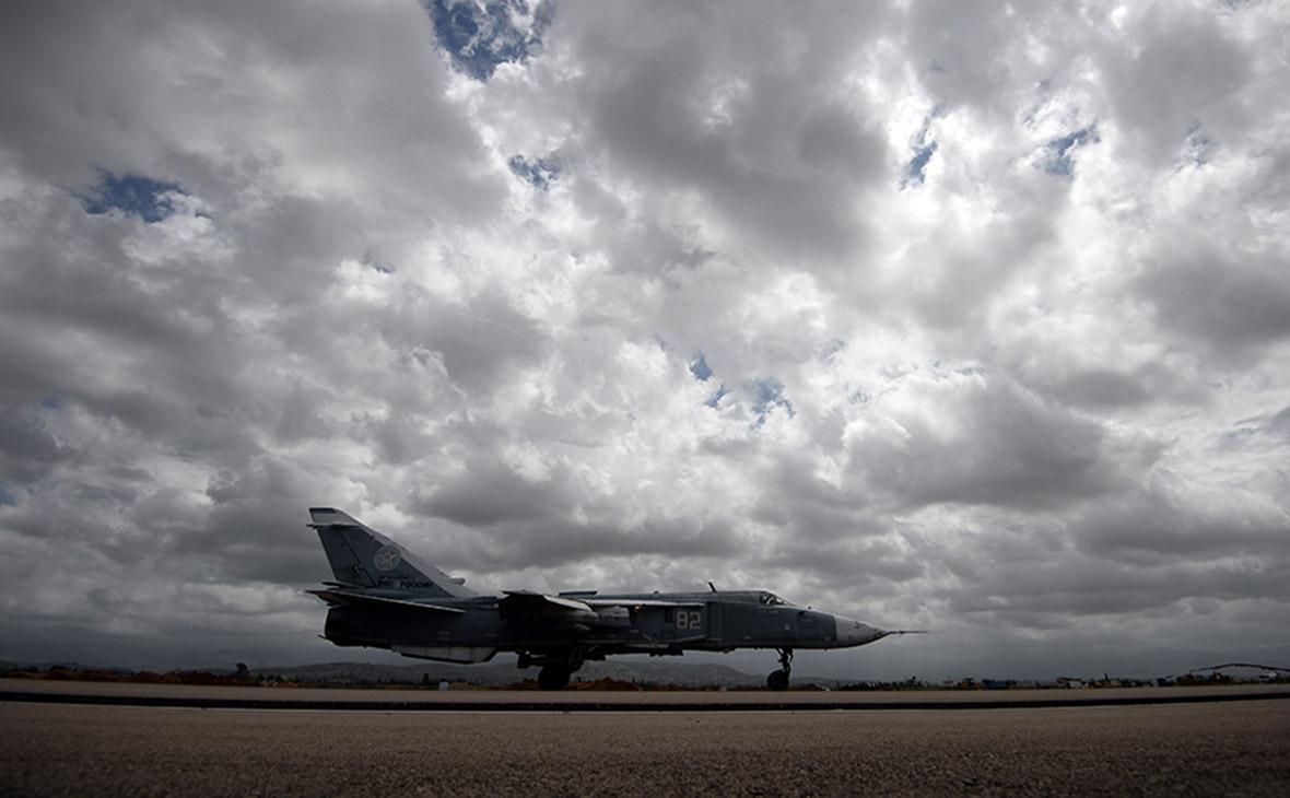 Российский самолет Су-24 на авиабазе Хмеймим в Сирии. Архив