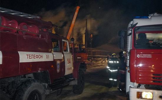 Сотрудники МЧС на месте пожара. 2014 год
