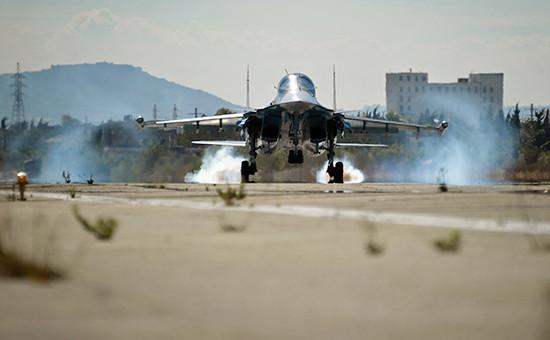 Многофункциональный истребитель-бомбардировщик Су-34 Воздушно-космических сил РФ совершает посадку наавиабазе Хмеймим вСирии, 2 ноября 2015 года