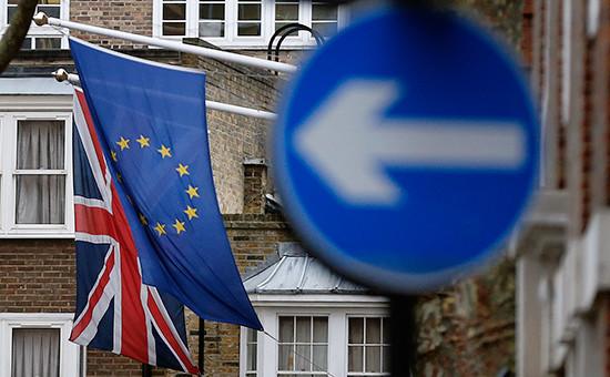 Флаги Великобритании (слева) иЕвропейского союза
