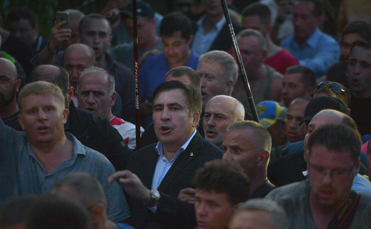 Михаил Саакашвили (в центре) у пункта пропуска Шегинина украинско-польской границе